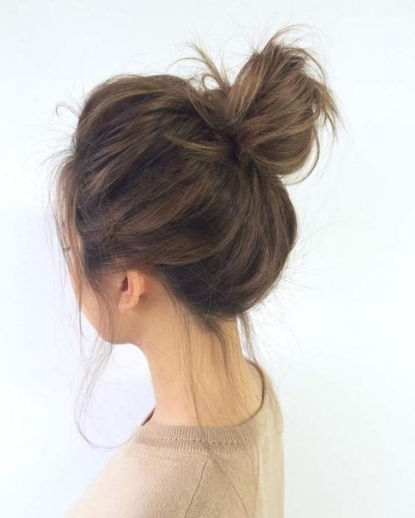 Tóc búi cao rối giúp bạn trông trẻ trung hơn.