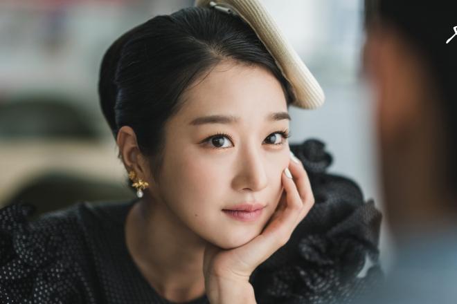 Dù trang điểm đậm, phụ nữ Hàn vẫn trung thành với màu mắt tone nude.