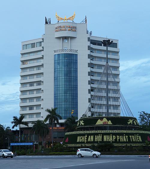 Khách sạn Mường Thanh Phương Đông nằm sát vòng xuyến trung tâm thành phố Vinh, chiều 6/8. Ảnh: Nguyễn Hải.