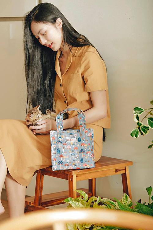 Hình ảnh thiếu nữ tóc đen dài, diện trang phục mang dấu ấn hoài của Helly Tống được nhiều fan thích thú. Cô còn truyền cảm hứng trong cách xây dựng hình ảnh thanh lịch cho nhiều bạn gái trẻ.