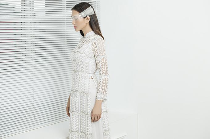 Ở tuổi 38, Anh Thư vẫn giữ được vóc dáng thon gọn, ghi điểm khi hóa thành cô dâu với áo dài cưới của Minh Châu. Ở bộ hình này, Minh Châu ưu tiên các mẫu áo tông màu sáng trắng, hồng pastel, giúp tôn sự nữ tính cho người diện.