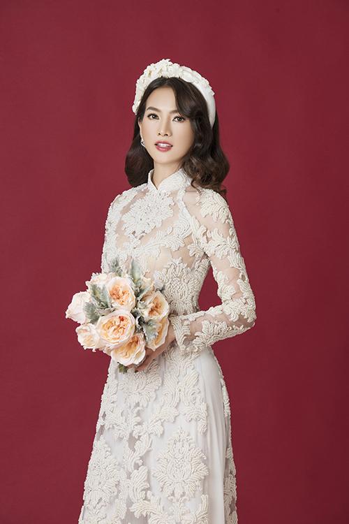 Mẫu áo dài ren xuyên thấu có lớp vải lót tiệp màu da, mang đến sự gợi cảm cho tân nương và giữ sự an toàn của trang phục.