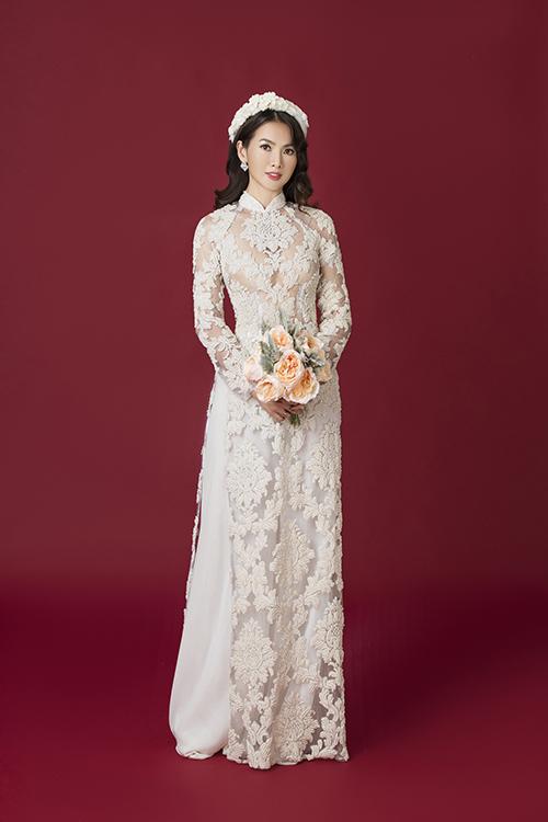 Vẻ đẹp của áo dài ren là hoa văn đăng đối, giống như một bức tranh hoa cỏ.