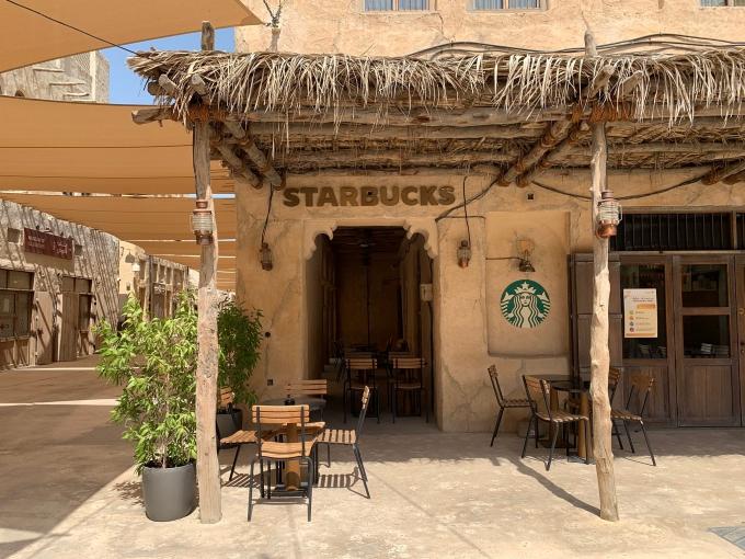 Trái với một Dubai giàu có với những tòa nhà chọc trời, trung tâm thương mại bán hàng cao cấp... thì phần phố cổ (Old Dubai) vẫn nguyên nét văn hóa của người Trung Đông, là một trong những điểm đến hút du khách. Các khu phố, dãy nhà xây dựng từ những năm 1980, được bảo tồn cho đến nay. Trong đó có tiệm Starbucks ở Al Seef khiến nhiều người cảm thấy thú vị.