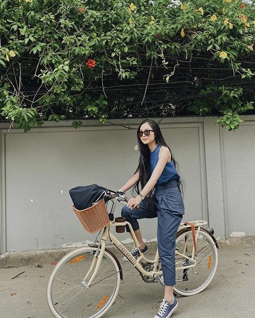 Phong cách năng động nhưng vẫn theo đúng style tối giản của Helly Tống với cách mix áo sát nách vải linen đi cùng quần âu lưng cao.