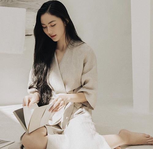 Những mẫu váy thiết kế trên chất liệu vải thân thiện với môi trường, sắc màu dung dị thường được Helly sử dụng để tôn nét nhẹ nhàng.