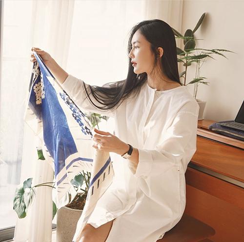 Từ hình ảnh của một fashionista sành điệu, Helly Tống có bước chuyển đổi nhẹ nhàng về phong cách thời trang. Cô thu hút sự quan tâm và tạo được thiện cảm với hội chị em nhờ nét dung dị và nhẹ nhàng khi theo đuổi style tối giản.