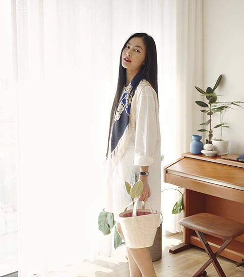 Váy áo nhẹ nhàng với tông màu đơn sắc, kiểu dáng không quá cầu kỳ luôn được Helly Tống chọn lựa để sử dụng trong nhiều bối cảnh.