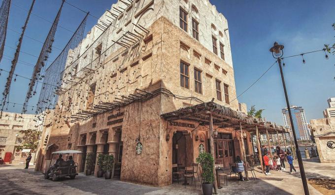 Trái với thành phố Dubai giàu có sở hữu những tòa nhà chọc trời, trung tâm thương mại... thì khu phố cổ (Old Dubai) vẫn nguyên nét văn hóa của người Trung Đông, là một trong những điểm đến hút du khách. Các khu phố, dãy nhà xây dựng từ những năm 1980, được bảo tồn cho tới nay.