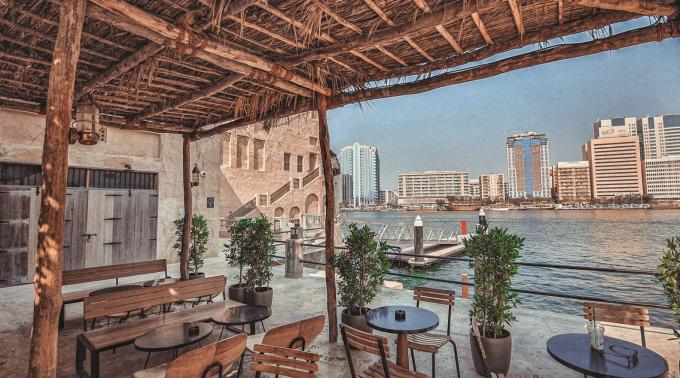 Một mặt của tiệm giáp Lạch Dubai, tầm nhìn hướng sang bờ bên kia với những tòa nhà hiện đại.