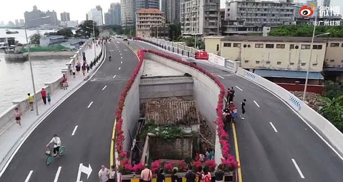 Ngôi nhà nằm giữa cầu Haizhuyong, thành phố Quảng Châu, tỉnh Quảng Đông, Trung Quốc. Ảnh: Weibo.