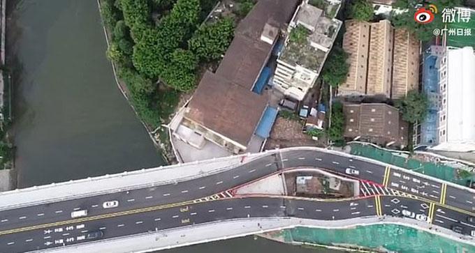 Cây cầu Haizhuyong nhìn từ trên cao bị  sẻ đôi vì có ngôi nhà ở giữa. Ảnh: Weibo.