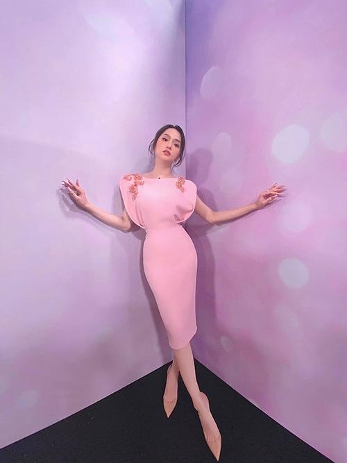 NTK Lý Quí Khánh đăng ảnh chụp ngọt ngào trong chiếc đầm hồng nhẹ nhàng và điểm xuyến pha lê. Bên cạnh những lời khen dành cho nhan sắc nữ ca sĩ, nhiều người bóc mẽ anh đã chỉnh ảnh quá đà khiến vóc dáng mất cân đối, đôi chân dài một cách kỳ dị.