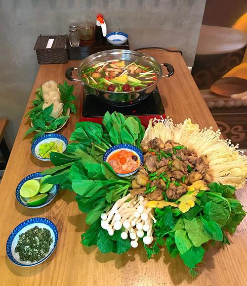 Quán còn phục vụ nhiều loại lẩu, phù hợp với nhóm khách đông người muốn ăn no nê như lẩu gà nấm, lẩu gà/chim sâm Ngọc Linh hay lẩu cua.