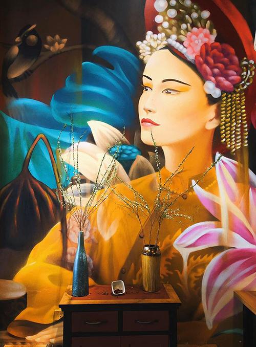 Nhà hàng được trang trí theo kiểu truyền thống Việt Nam với những bức tranh tường lớn, là góc check in nổi bật cho thực khách.