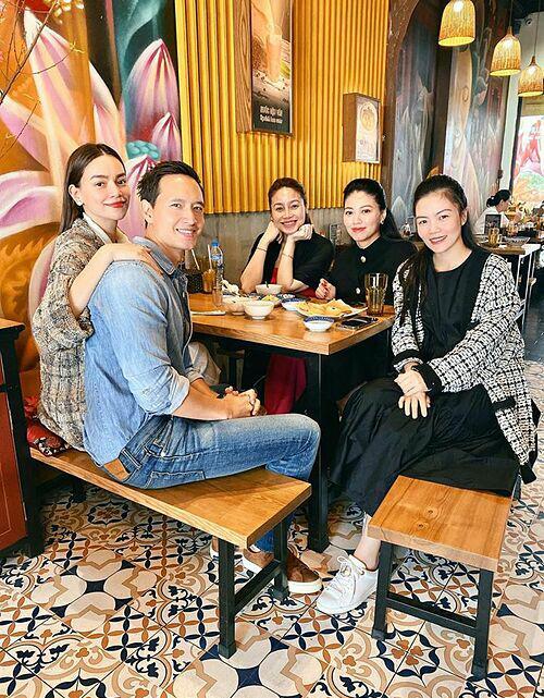 Theo nữ ca sĩ, đây là quán ăn của chị họ mình nên tích cực giới thiệu bạn bè. Tháng 2, Hồ Ngọc Hà - Kim Lý cũng từng hẹn hò nhóm bạn, trong đó có MC Ngọc Trinh, tới đây dùng bữa.