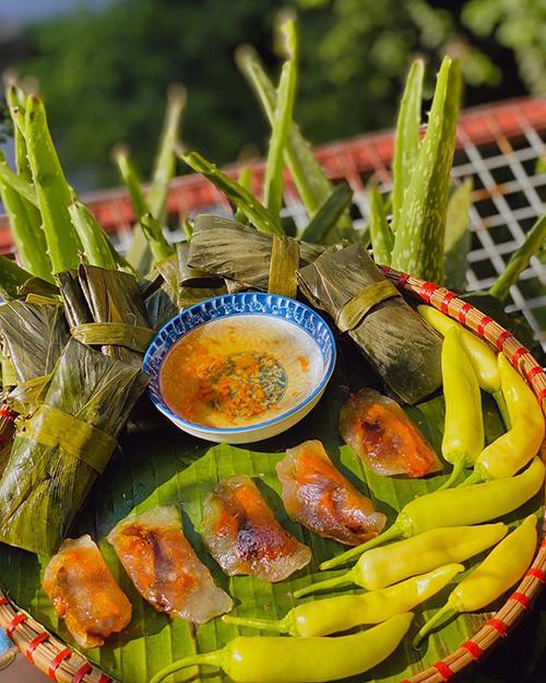 Các loại bánh đặc trưng đất Quảng cũng không thể thiếu trong thực đơn như bánh nậm, ram hay bánh bột lọc kiểu miền Trung với lớp vỏ dai trong. Bên trong có một con tôm đỏ, chấm với nước chấm mặn ngọt vừa phải.