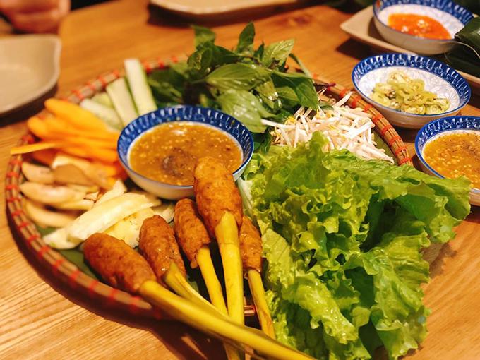 Ngoài bánh canh, tới quán này, thực khách yêu ẩm thực miền Trung còn có thể ăn đẫy các món ăn vặt, trong đó có nem lụi. Thịt nướng được bọc bên ngoài cây sả, thấm đậm vị sả thơm thơm.