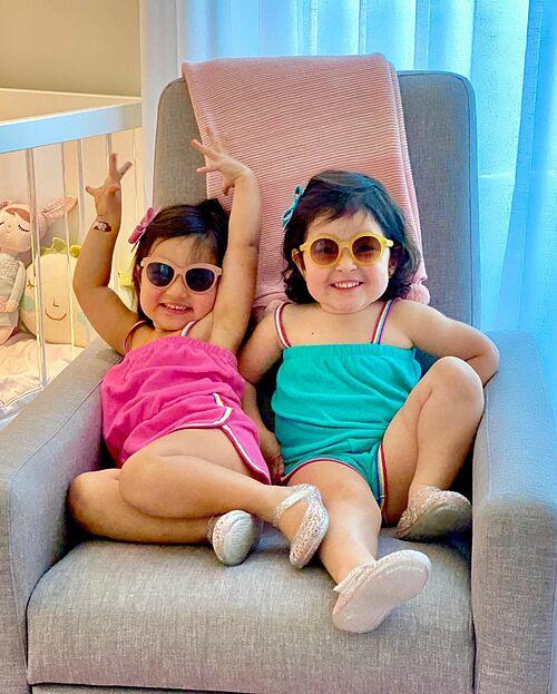 Hai cô bé thừa hưởng nét đẹp và nụ cười tươi tắn của bố mẹ.