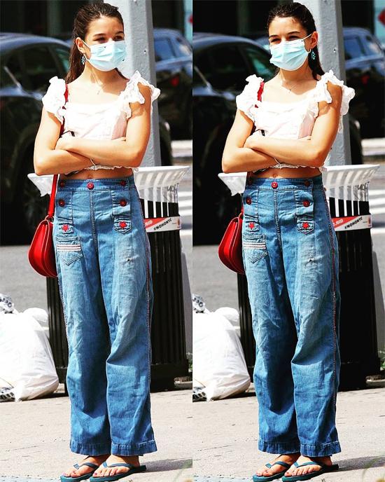 Suri thừa hưởng vóc dáng cao ráo của mẹ - nữ diễn viên Katie Holmes. Nữ diễn viên Batman Begins sở hữu chiều cao 1,75 m.