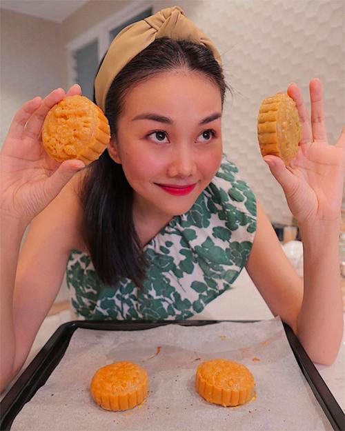 Thanh Hằng làm bánh Trung thu sớm