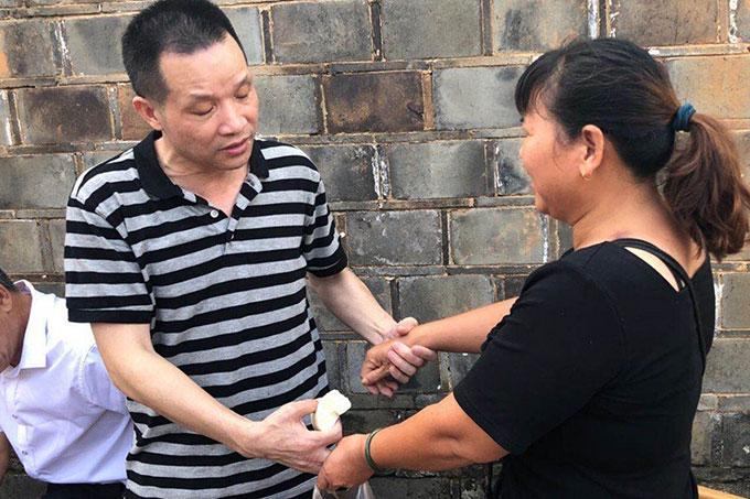 Zhang Yuhuan đoàn tụ thân nhân hôm 5/8, sau 27 năm ngồi tù oan tại tỉnh Giang Tây, Trung Quốc. Ảnh: Weibo.