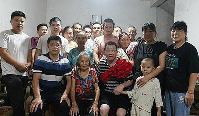 Đại gia đình Zhang Yuhan mừng ngày Zhang được trở về hôm 5/8. Ảnh: Weibo.