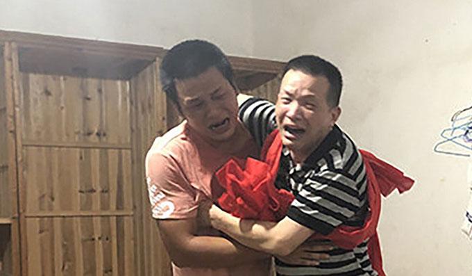 Zhang Yuhuan và anh trai Zhang Minqiang ôm nhau mừng ngày gặp lại hôm 5/8 tại tỉnh Giang Tây, Trung Quốc. Ảnh; Weibo.