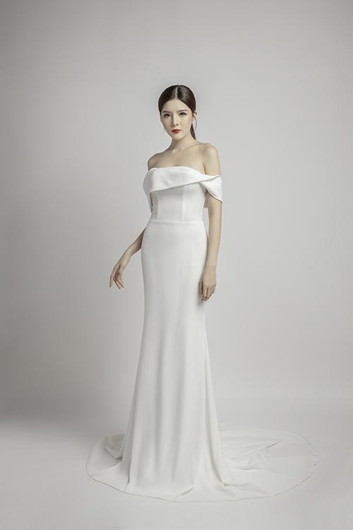 Mẫu đầm đầu tiên mà người mẫu - diễn viên Lilly Luta diện mang thiết kế trễ vai basia, đuôi váy xoè nhẹ vừa phải.