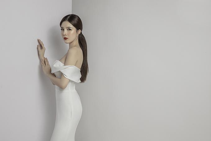 Cổ đổ nhẹ nhàng giúp cô dâu kheo khéo nét đẹp nơi vòng một và cánh tay thon gầy.