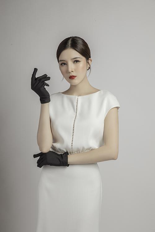 Nếu sự thanh lịch là tiêu chí mà cô dâu tìm kiếm, váy ôm, tay sát nách là lựa chọn dành cho bạn. Mẫu đầm có điểm nhấn với đường nối nơi chính giữa thân trên và thắt eo.