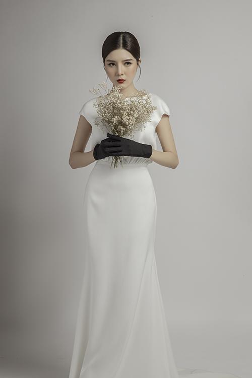 Thân váy xoè nhẹ giúp cô dâu dễ di chuyển tại tiệc cưới.