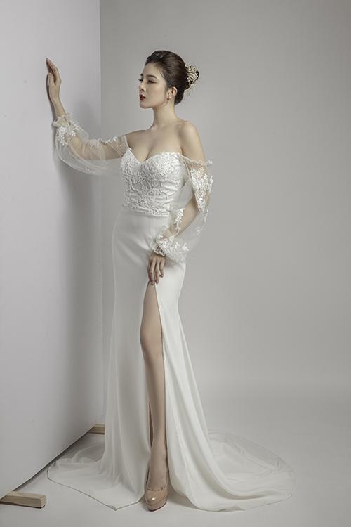 Mẫu đầm tiếp theo có thân trên đắp ren, phần tay váy phồng theo kiểu thời trang cổ điển phương Tây.