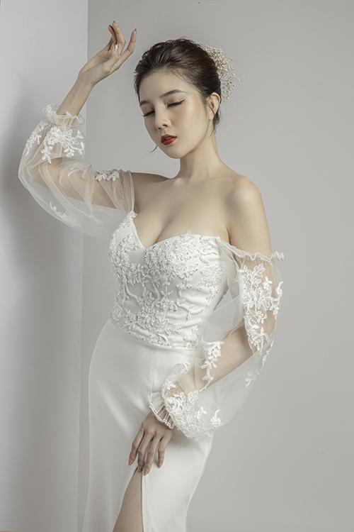 Váy ôm kén dáng nhưng giúp tôn số đo chuẩn của tân nương.
