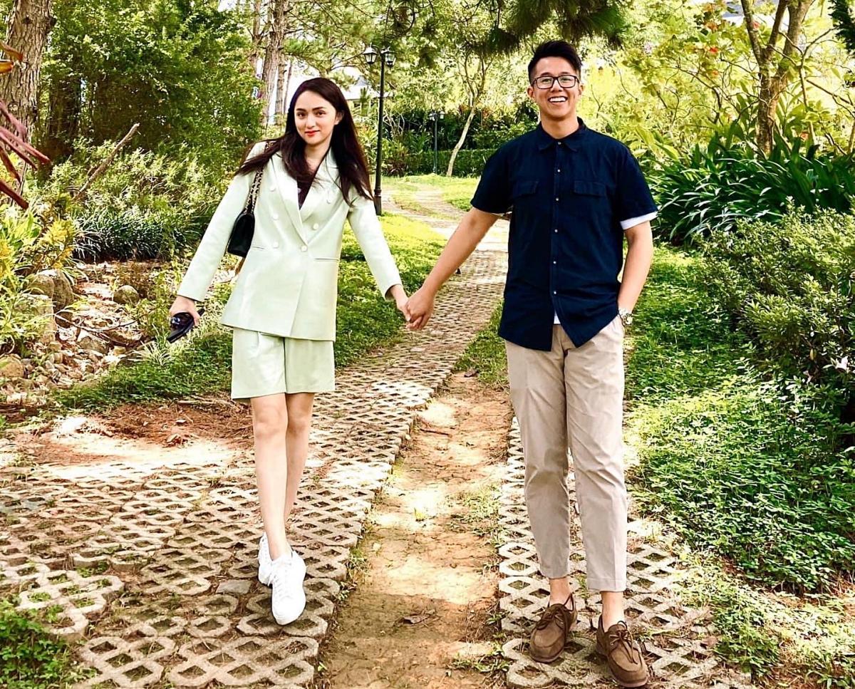 Thời gian qua, cặp đôi bắt đầu tìm hiểu nhau. Họ cùng đi đánh golf hay nắm tay nhau tình tứ ở Đà Lạt. Đây cũng là chuyến đi chơi xa đầu tiên của họ.