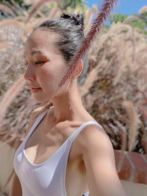 Bơi là bộ môn giúp diễn viên Kim Hiền thay đổi suy nghĩ nhiều. Cô tiết lộ vì khi hoà mình trong dòng nước mới thấy tất cả mọi thứ ý nghĩa lắm, nhất là tại sao chúng ta lại xuất hiện trong cuộc đời này.