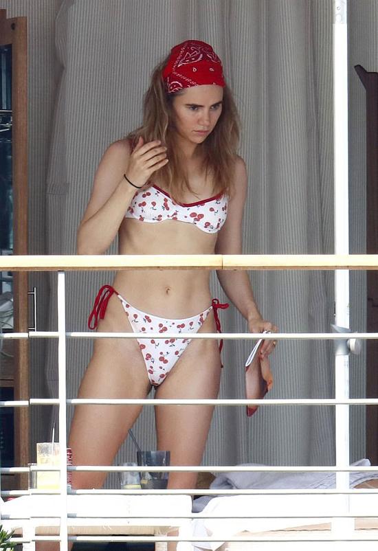 Người đẹp 28 tuổi khoe thân hình săn chắc trong bộ bikini nhỏ xíu.