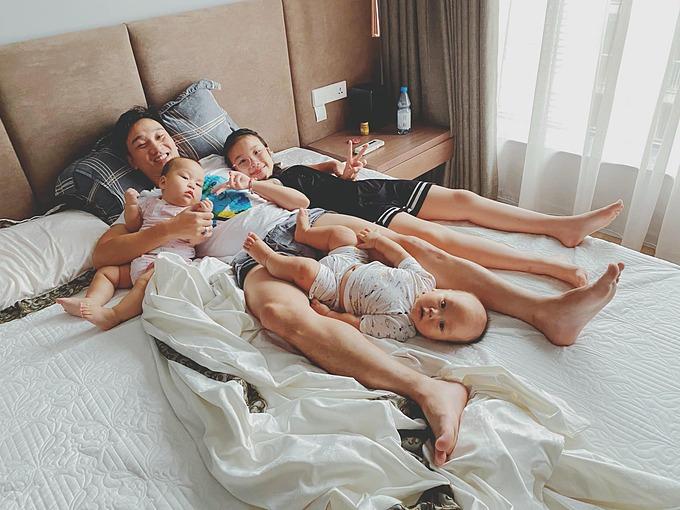 MC Thành Trung hạnh phúc bên ba con.