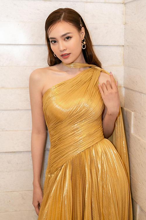 Đầm dạ hội lệch vai được bố trí vạt áo dài theo hơi hướng phong cách nữ thần Hy Lạp giúp Lan Ngọc duyên dáng hơn.