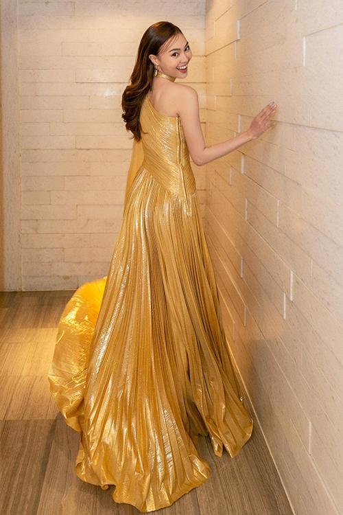 Nữ chính của Gái già lắm chiều nổi bật khi tham gia sự kiện nhờ thiết kế đầm xếp ly trên tông vàng gold bắt mắt.