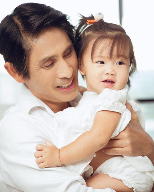 Chồng đại gia của Trang Lạ - bác sĩ Việt kiều Pháp Trần Tiễn Chánh - rất hạnh phúc khi có thêm một cô con gái. Trước đó anh đã có hai con trai riêng 30 tuổi và 24 tuổi, đang sống ở nước ngoài. Bác sĩ Chánh đặt tên con gái là Helene.