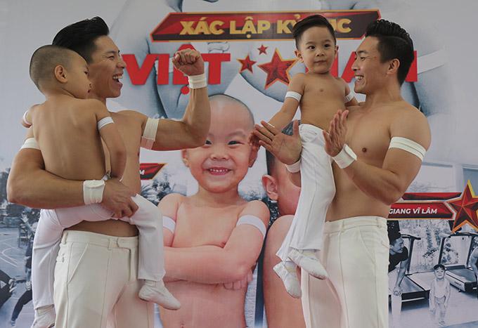 Anh em Quốc Cơ - Quốc Nghiệp vui mừng khi hai con hoàn thành xuất sắc buổi xác lập kỷ lục Guinness Việt Nam, hạng mục Cặp anh em nhỏ tuổi nhất thăng bằng trên tay cha, trong thời gian 1 phút 12 giây.