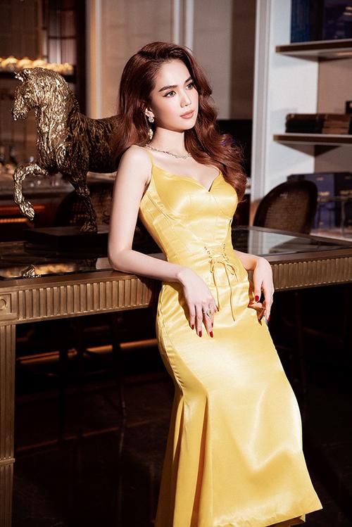 Trên dáng váy đuôi cá ngắn, nhà mốt Đỗ Long trang trí thêm phần dây đan dựa trên phom áo corset để mang tới điểm nhấn mới mẻ cho đầm dạ tiệc.