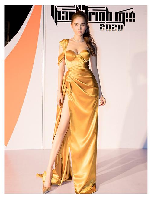 Bên cạnh hai gam màu xanh dương và tím được ưa chuộng nhất mùa hè 2020, gam vàng gold cũng được Ngọc Trinh và nhiều sao Việt yêu thích.