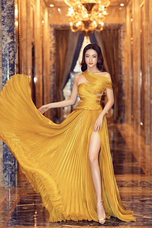 Váy xẻ cao giúp hoa hậu Lương Thuỳ Linh tôn chân thon và làn dang trắng sáng.