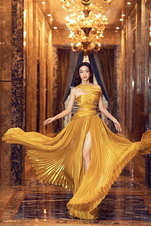 Váy dạ hội của Đỗ Long được kết hợp giữa vải ánh kim xếp ly và vải lưới để tạo hiệu ứng thị giác độc đáo cho phần thân trên.