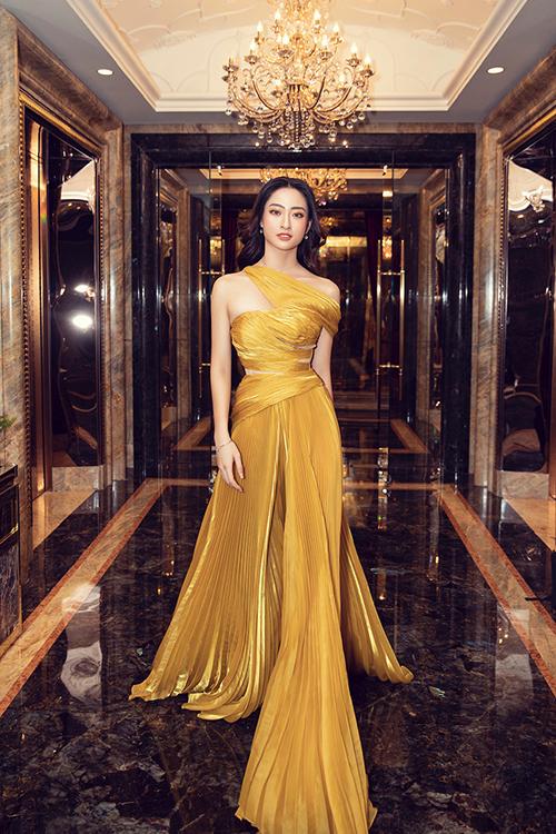 Mẫu thiết kế mới của nhà mốt Việt được Lương Thuỳ Linh chọn lựa để giúp mình sành điệu cùng xu hướng đầm xếp ly thịnh hành.