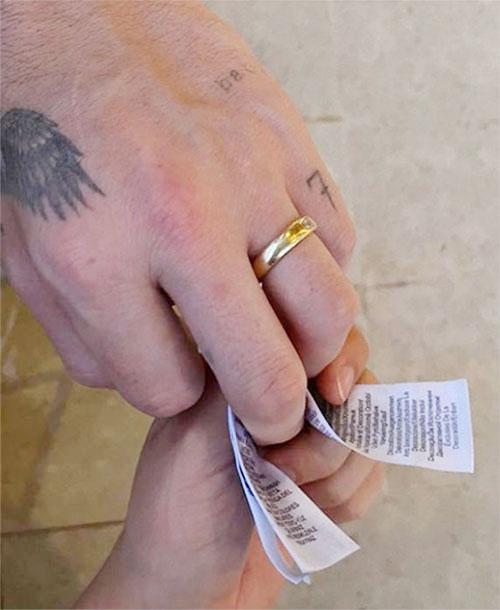 Chiếc nhẫn trên ngón áp út của Brooklyn làm rộ lên tin đồn chàng trai nhà Becks và nữ diễn viên Nicola Peltz đã bí mật cưới. Ảnh: Instagram.