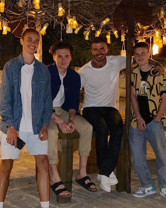 Becks bên ba câu con trai tại Miami, Mỹ. Ảnh: Instagram.