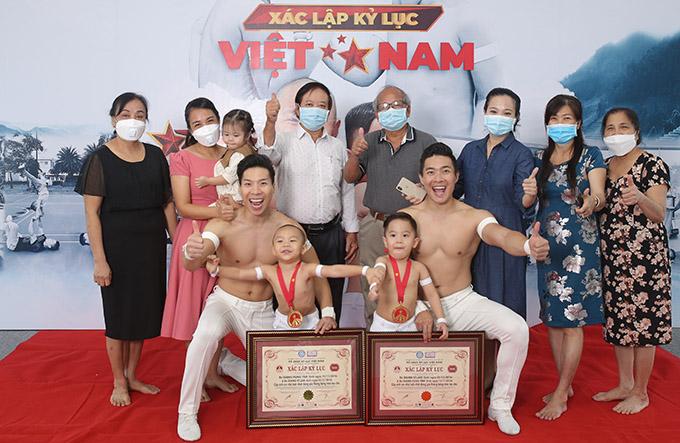 Đại gia đình Quốc Cơ - Quốc Nghiệp có mặt trong ngày Vĩ Lâm, Hùng Tâm lập kỷ lục Việt Nam, trở thành những nghệ sĩ xiếc nhỏ tuổi nhất ở hạng mục thăng bằng trên tay bố.
